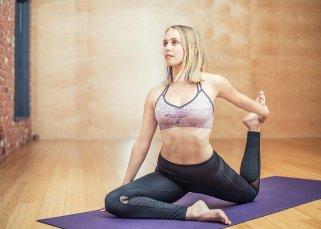 femme qui pratique le yoga parce que cela aide avoir moins faim et manger plus léger