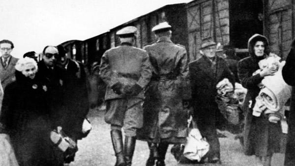 Nazi Offiziere überwachen eine Deportation 1941