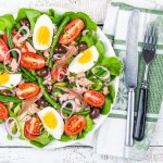 Najsmaczniejsze sałatki z jajkiem – 7 przepisów