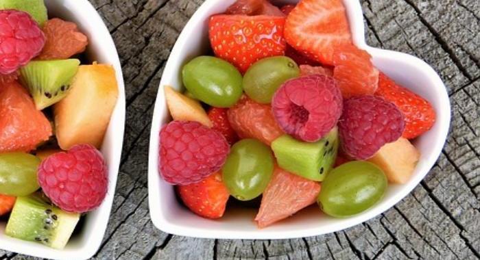 frutas de temporada como fresas, nísperos y cerezas