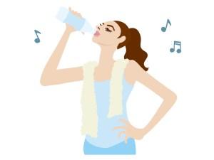 ジムで水分補給をする女性