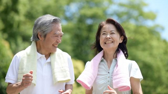 若々しい年配夫婦