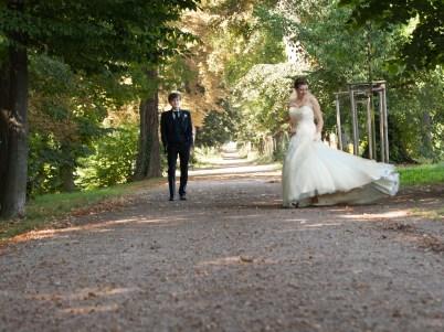 Brautpaar entspannt im Park