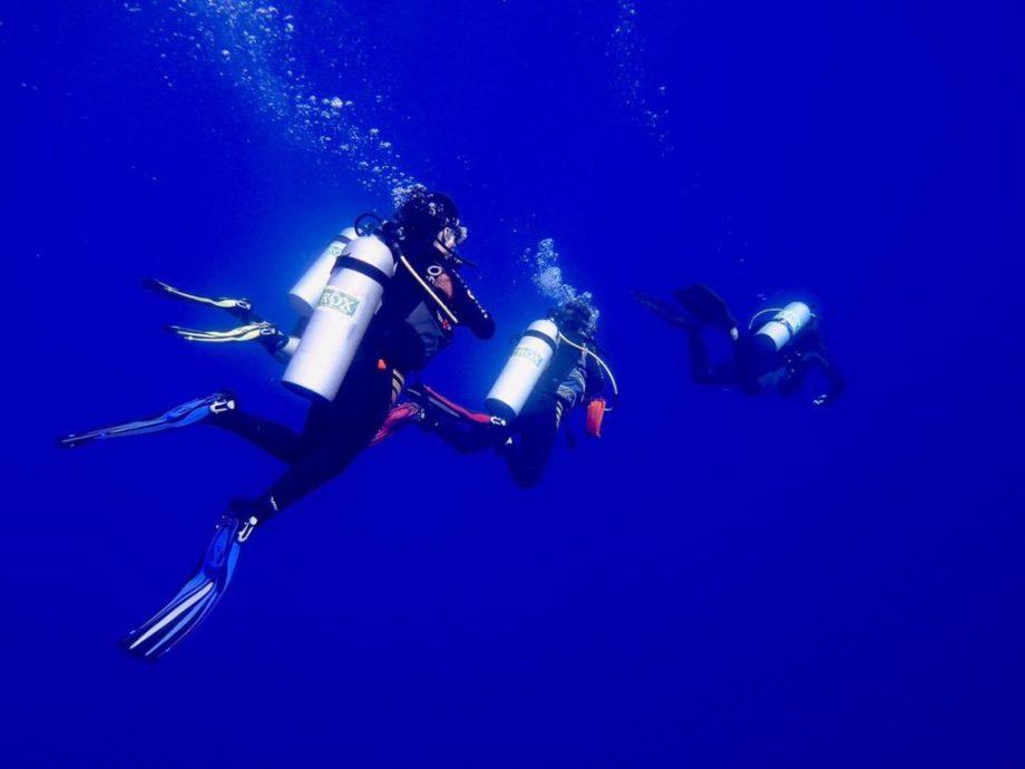 Des plongeurs partent plonger au NITROX