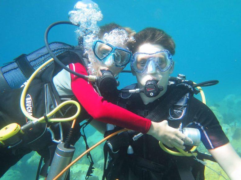 Deux frères en plongée sous-marine