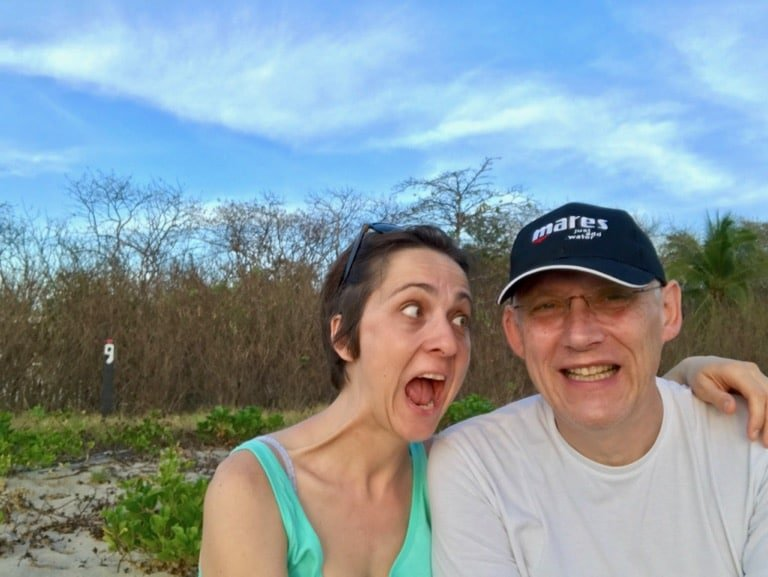 Un couple de personnes occupé à faire des grimaces en souriant