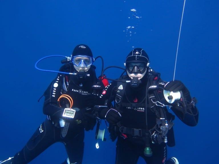 Un couple de plongeurs qui se tiennent le bras lors du palier