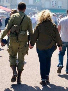 Deux personnes dans les rues de Sainte mère
