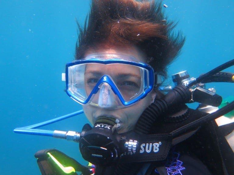 Une plongeuse sourit lors d'une immersion