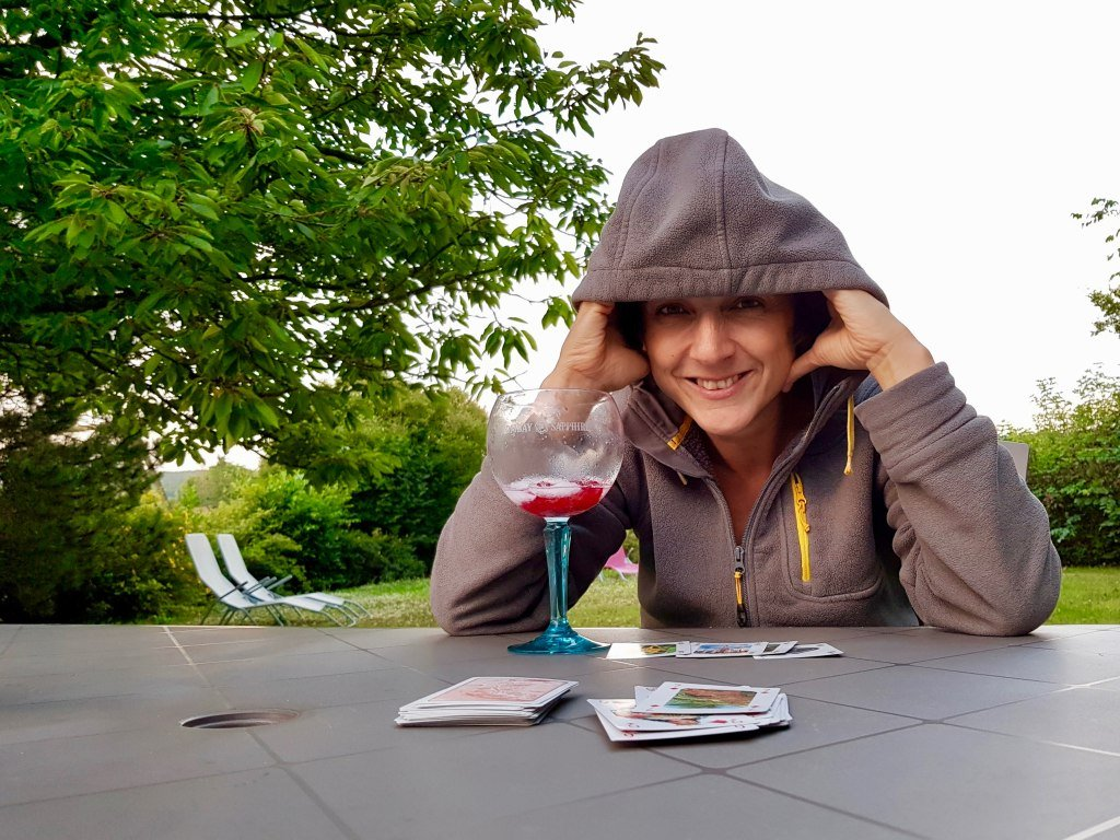 Le temps de se changer les idées et c'est reparti : Hélène joue aux cartes en buvant un apéro