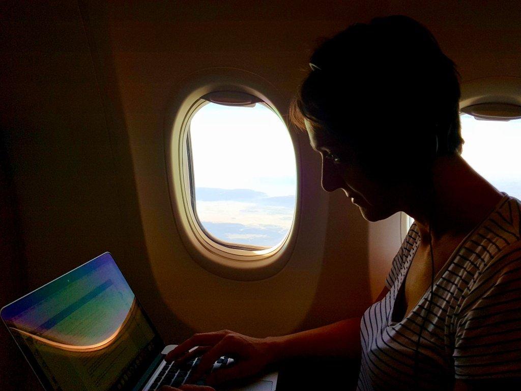 Créer un blog de plongée demande de prendre du temps pour écrire comme Hélène ici durant un vol en avion