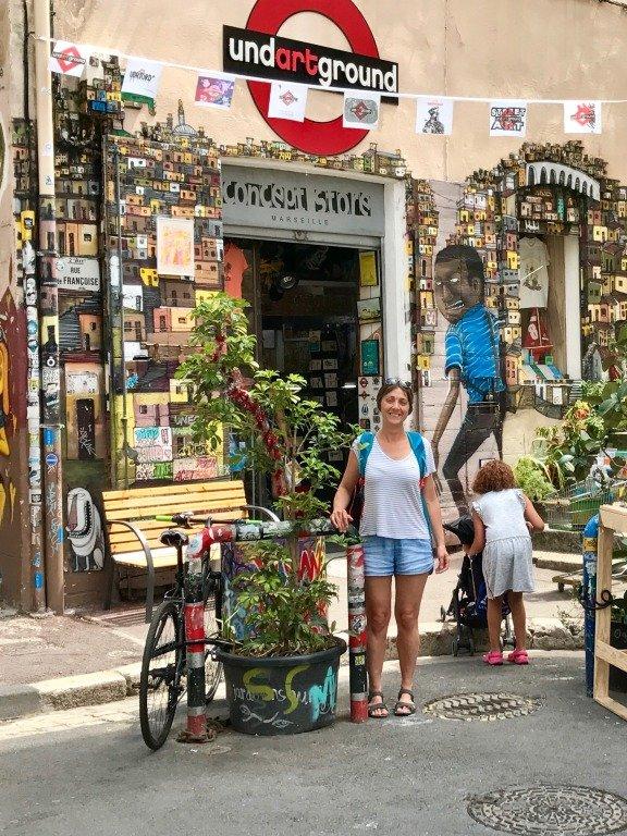Hélène a décidé de visiter Marseille sans plonger et commence par le quartier du Panier.
