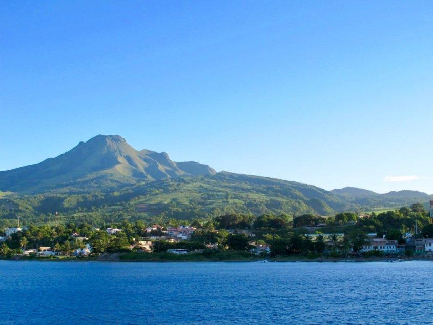 Vue de la montagne Pelée et de Saint-Pierre en Martinique, une de mes destination préférées pour plonger en France.