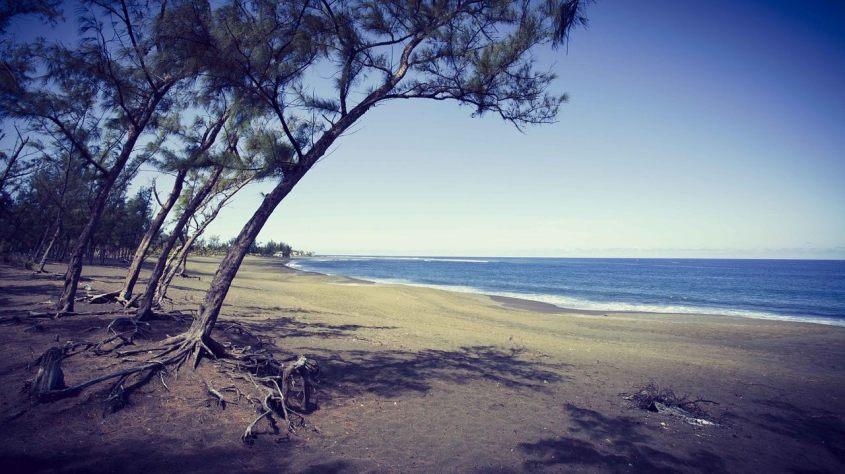 Vue d'une plage de l'île de la réunion où il est possible de plonger en France tout en étant loin du continent.