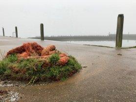 Un cordage de bateau sur la digue d'un petit port
