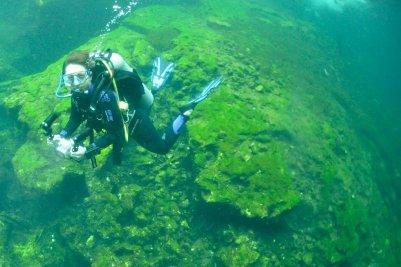 Une plongeuse évolue à l'entrée du cénote d'El Eden