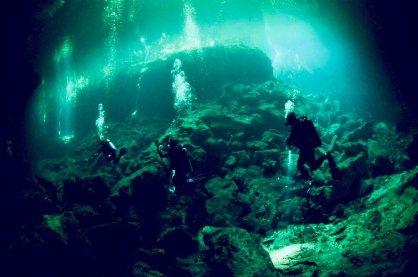 Des plongeurs dans le cénote d'El eden au Mexique