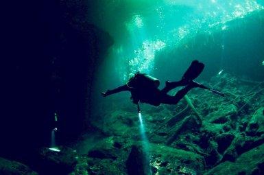 Un plongeur évolue dans le cénote d'El Eden