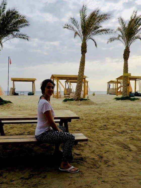 Hélène assise sur un banc devant la mer