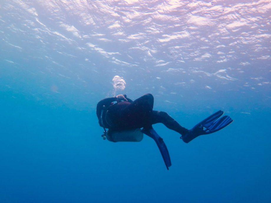 Un instructeur de plongée fait des bulles dans l'eau