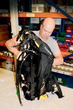 Une personne occupée à monter un recycleur AP Diving