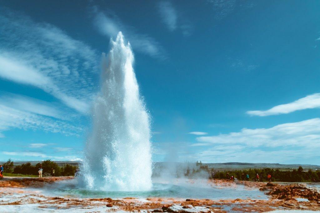 Un geyser qui sort de terre en Islande