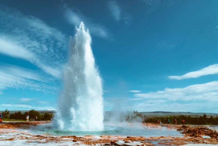 Un geyser qui sort de terre en Islande, un incontournable lors d'un voyage plongée en Islande