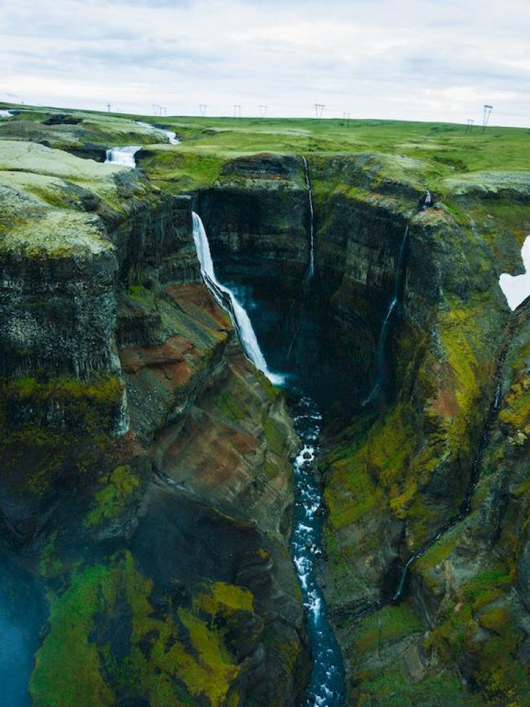 Vue aérienne de la cascade de Haifoss en Islande, à ne pas manquer lors de votre voyage plongée en Islande