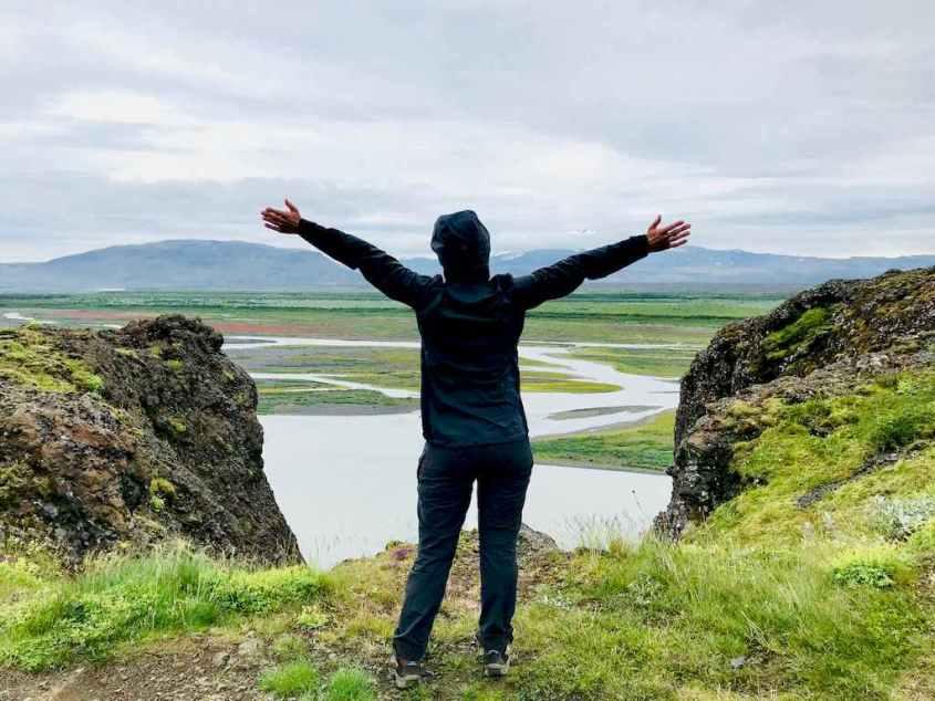 Hélène devant les paysages islandais lors de son voyage plongée en Islande