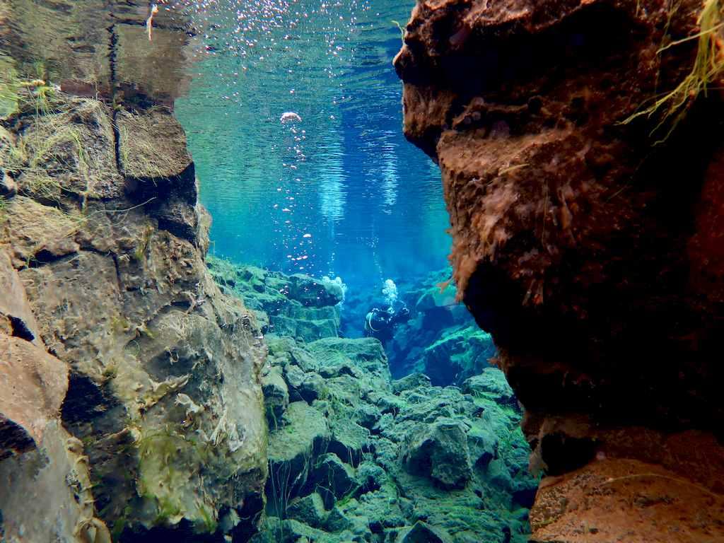 Plongeur au loin dans la faille de Silfra