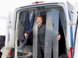 Hélène dans la camionnette vestiaire du club de plongée à Silfra