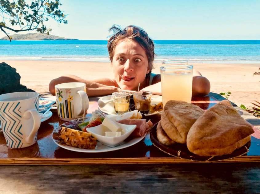 Que manger avant la plongée ? C'est ce que se demande Hélène en regardant un plateau repas avec gourmandise