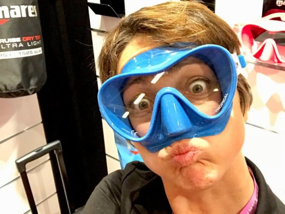Hélène essayant un masque de plongée bleu azur