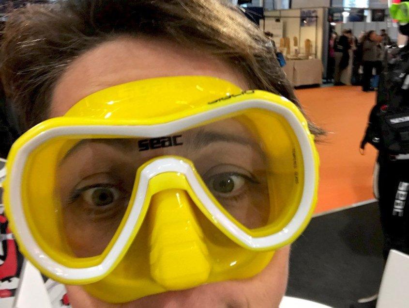 Hélène essayant un masque de plongée jaune et blanc