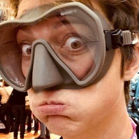 Hélène essayant un masque de plongée gris