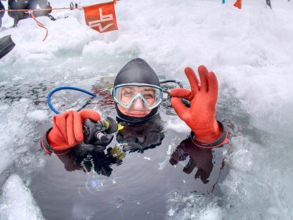 Hélène ressort de la plongée sous glace