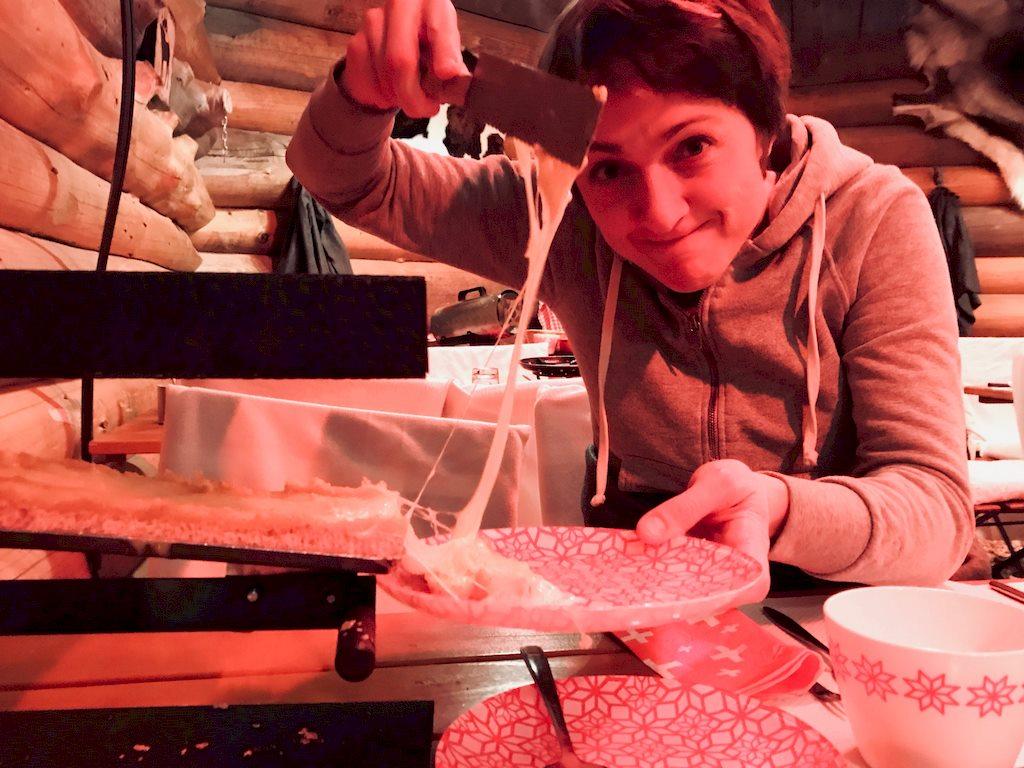 Hélène est occupée à manger de la raclette dans un restaurant.