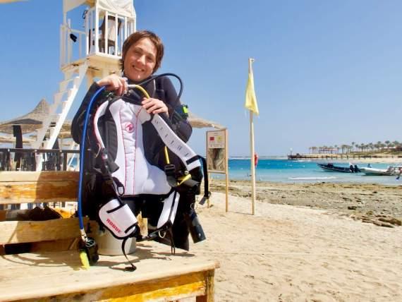 Hélène s'apprête à faire une plongée test avec le gilet Rogue Aqua Lung