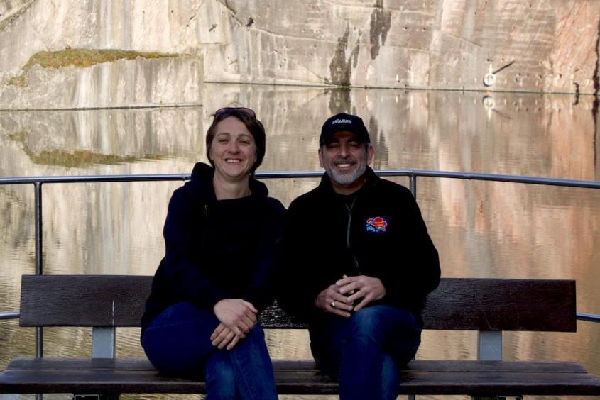 Hélène et Juan sur le banc près de la mise à l'eau