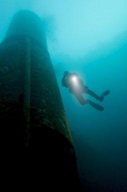 Un plongeur remonte le long du silo à la carrière de Vodelée