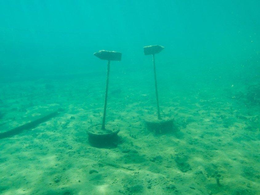 Des panneaux indicateurs sous l'eau