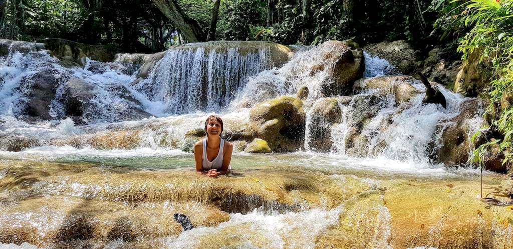 Hélène couchée dans l'eau aux Dun Falls