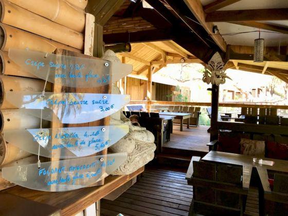 Le bar de l'hotel O'lolo près de la passe en S ouvre sur un bel espace convivial