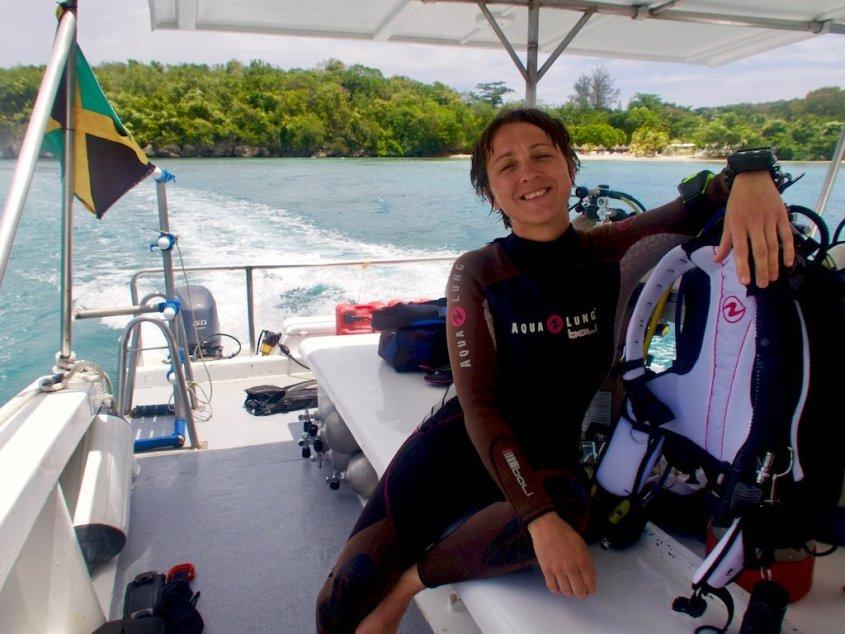 Hélène sur le bateau lors d'un séjour pour plonger en Jamaïque