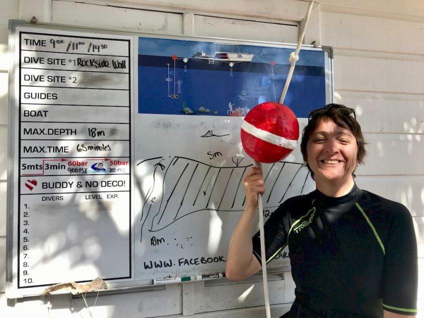 Hélène devant le tableau du briefing prête à plonger en Jamaïque