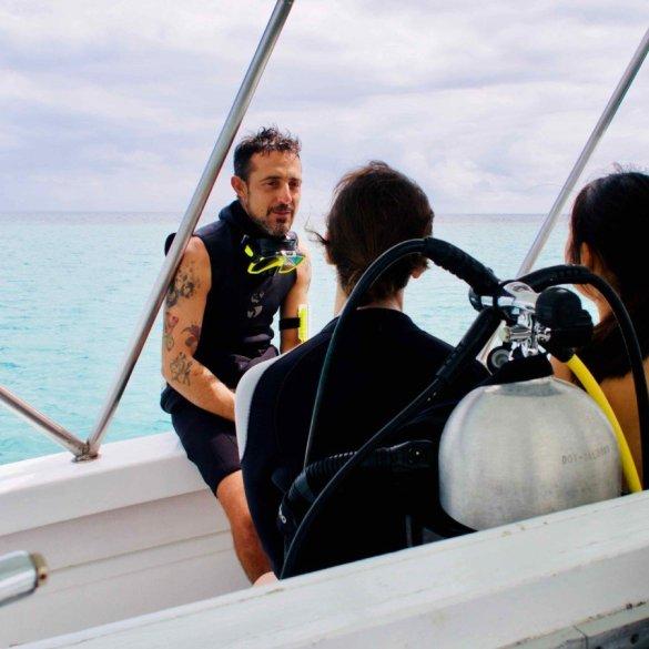 les sujets de formation théorique de plongée peuvent être abordés de différentes manières comme ici sur le bateau