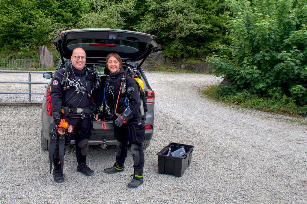 Thierry Hustin et Hélène Adam équipés pour aller plonger dans la carrière de Rochefontaine