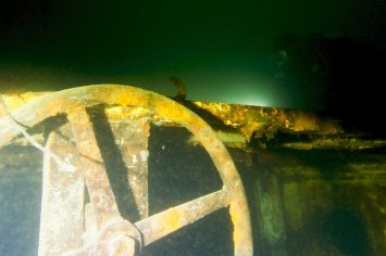 Un plongeur passe au dessus de l'épave du remorqueur.