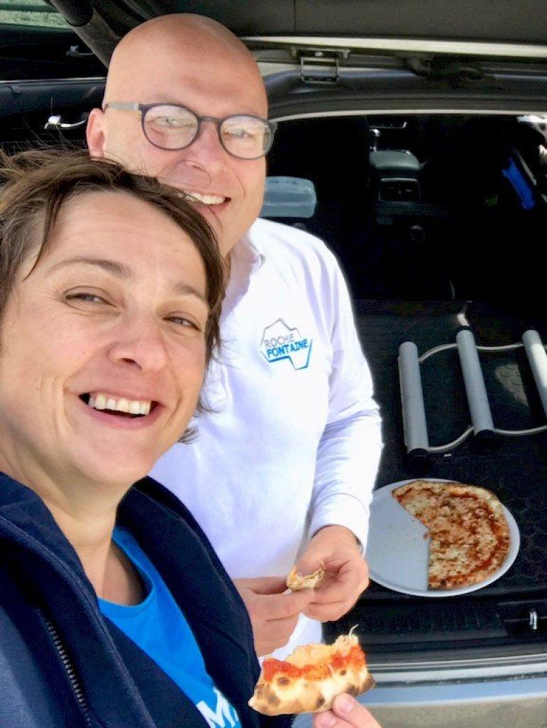 Thierry Hustin et Hélène Adam déguste une pizza