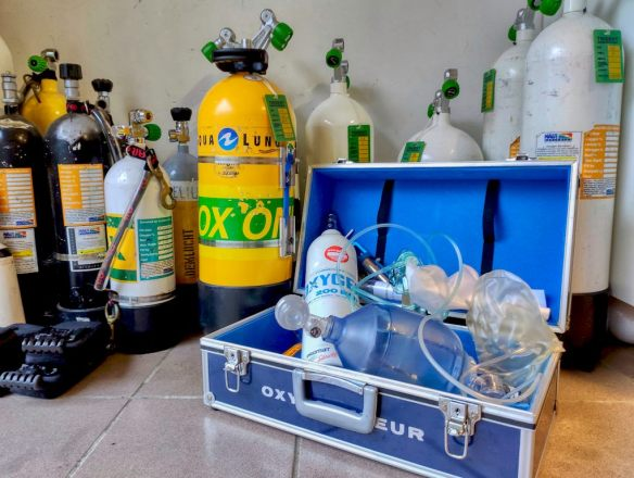 Administrer de l'oxygène n'est pas une démarche anodine et demande du matériel spécifique comme sur cette photo.